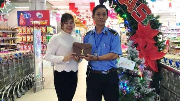 Nhân viên bảo vệ siêu thị trả lại hơn 25 triệu đồng cho khách đánh rơi - Ảnh 1.