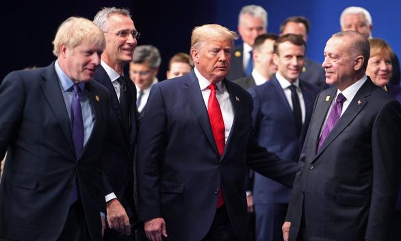 Các nguyên thủ 'tám' về ông Trump, Tổng thống Mỹ mắng Trudeau là đồ hai mặt - Ảnh 1.