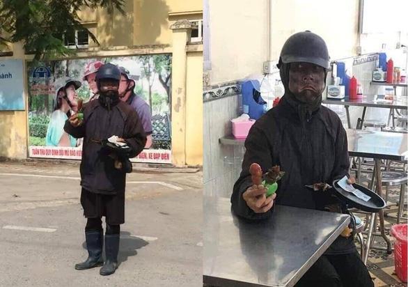 Công an truy tìm ninja đen cầm đầu gà, xúc xích đi xin tiền ở Hà Nội - Ảnh 2.