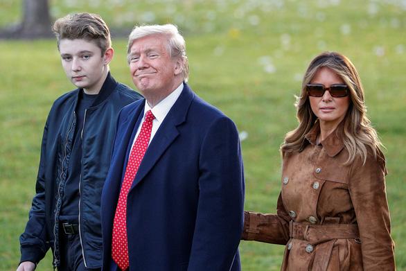 Bà Melania điên tiết vì con trai 13 tuổi bị lôi vào cuộc điều tra luận tội ông Trump - Ảnh 1.