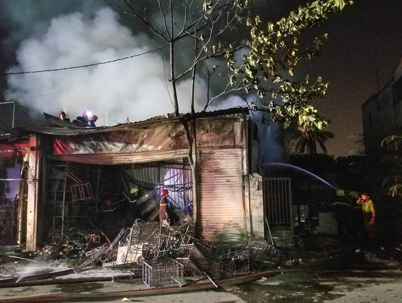 Cháy cửa hàng trong đêm, người dân phá cửa cứu 5 người mắc kẹt - Ảnh 1.