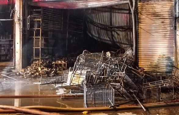 Cháy cửa hàng trong đêm, người dân phá cửa cứu 5 người mắc kẹt - Ảnh 2.