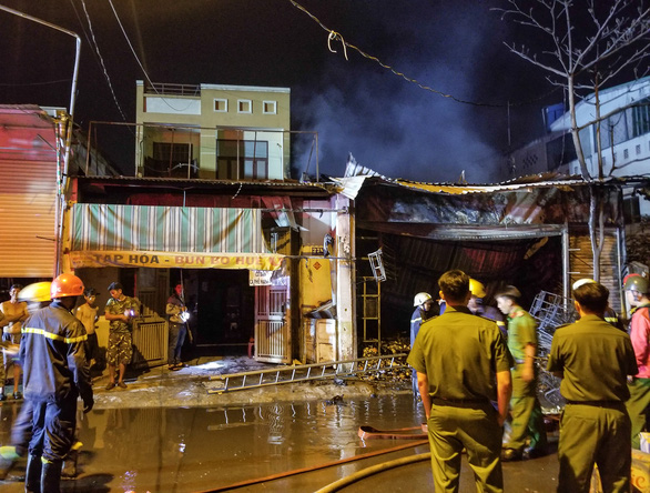 Cháy cửa hàng trong đêm, người dân phá cửa cứu 5 người mắc kẹt - Ảnh 3.
