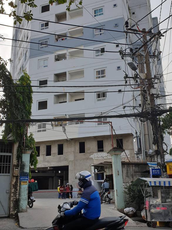 Hơn 200 hộ dân ở liều tại chung cư dang dở dù chính quyền cảnh báo nguy hiểm - Ảnh 1.