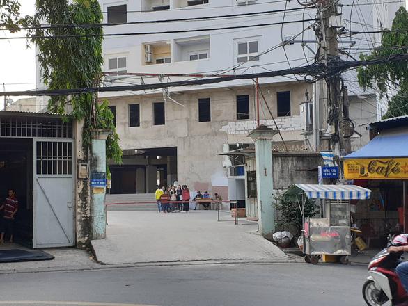 Hơn 200 hộ dân ở liều tại chung cư dang dở dù chính quyền cảnh báo nguy hiểm - Ảnh 2.