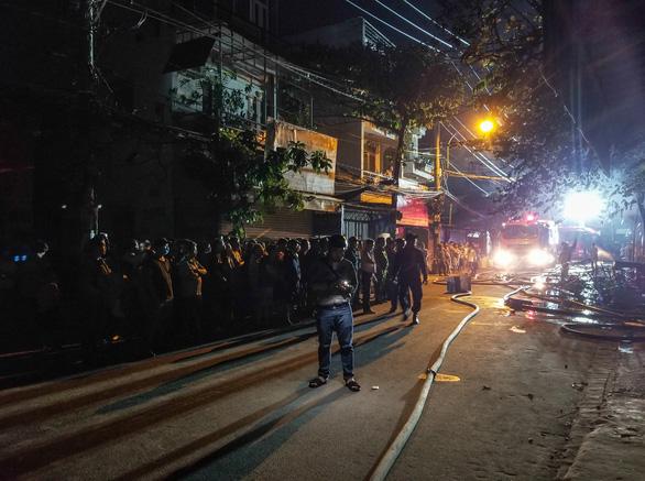 Cháy cửa hàng trong đêm, người dân phá cửa cứu 5 người mắc kẹt - Ảnh 4.