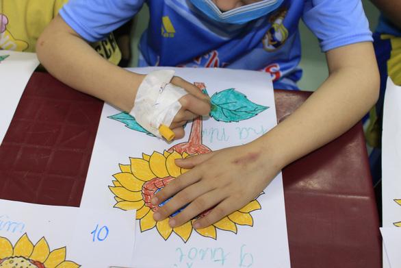 Ước nguyện hoa hướng dương từ những đôi tay còn găm ven truyền - Ảnh 6.