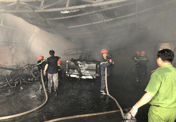 Sạc pin xe điện trẻ em, cháy rụi bãi giữ xe - Ảnh 1.