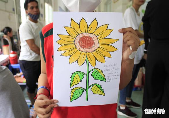 Ước nguyện hoa hướng dương từ những đôi tay còn găm ven truyền - Ảnh 1.
