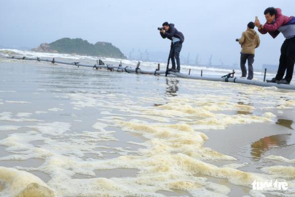 Nước biển đen như cà phê ở Dung Quất - Ảnh 3.