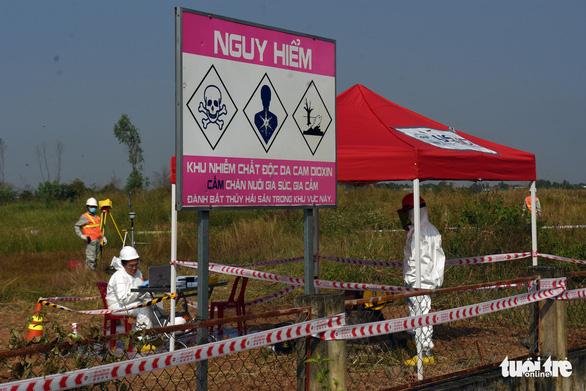 Bắt đầu tẩy rửa điểm nóng dioxin lớn nhất ở Việt Nam - Ảnh 1.