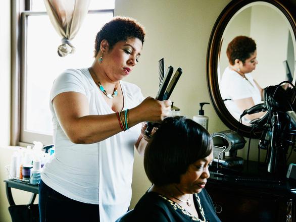 Nhuộm tóc và duỗi tóc vĩnh cửu có thể dẫn đến ung thư vú - Ảnh 1.