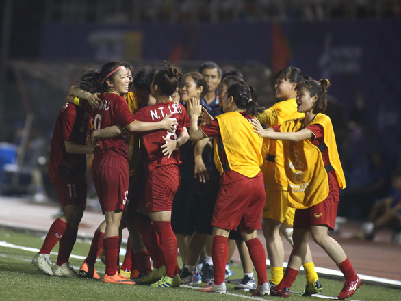 Từ Nhật, Thủ tướng điện thoại chúc mừng hai đội bóng nam, nữ - Ảnh 1.
