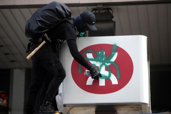 Tàu điện ngầm Hong Kong chi 200 triệu USD khắc phục thiệt hại do biểu tình - Ảnh 1.