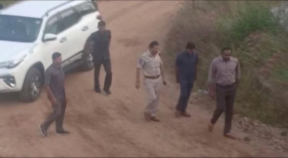 Vụ cưỡng hiếp và thiêu sống nữ bác sĩ: 4 nghi phạm đã bị bắn chết - Ảnh 1.