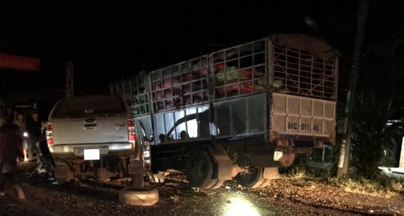 Xe bán tải nát bét sau va chạm với xe tải, 3 người chết trong đêm - Ảnh 2.