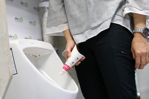 Hong Kong muốn lắp bồn tiểu đứng cho phụ nữ giải quyết nhanh nỗi buồn - Ảnh 1.