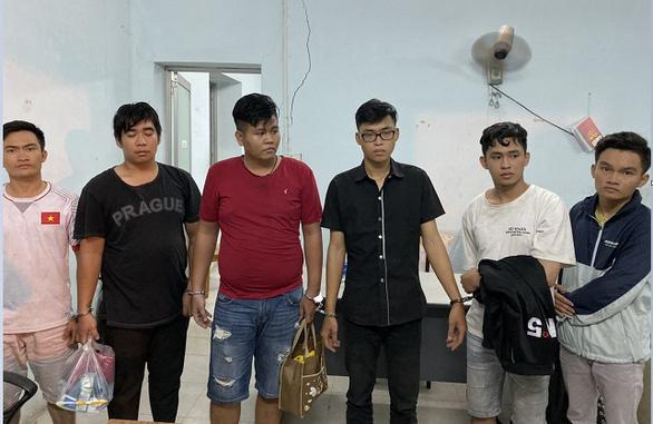 Bắt 'đội cảnh sát hình sự dỏm' với hơn 20 vụ cướp táo tợn - Ảnh 1.
