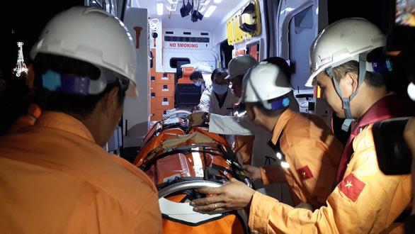 Cứu thủy thủ người Ấn Độ gặp nạn trên Biển Đông giữa sóng lớn - Ảnh 3.