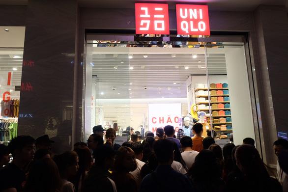 Ngàn người vẫn ngày đêm đổ về Uniqlo với hóa đơn cả chục triệu - Ảnh 1.