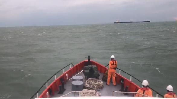 Cứu thủy thủ người Ấn Độ gặp nạn trên Biển Đông giữa sóng lớn - Ảnh 1.
