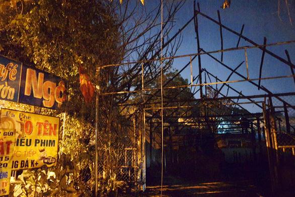Quán lẩu cháy lan quán cà phê, hàng trăm công nhân trong hẻm giữa 2 quán té chạy - Ảnh 1.