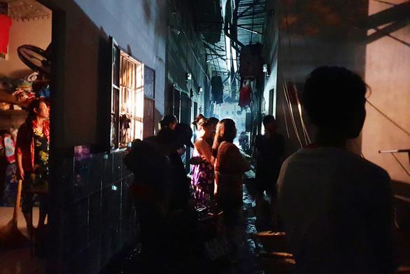 Quán lẩu cháy lan quán cà phê, hàng trăm công nhân trong hẻm giữa 2 quán té chạy - Ảnh 2.