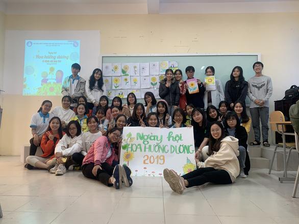 Bạn trẻ vẽ tranh tặng bệnh nhi ung thư hưởng ứng Ngày hội hoa hướng dương - Ảnh 1.