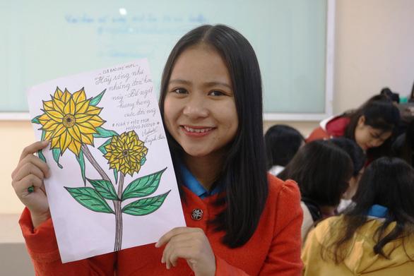 Bạn trẻ vẽ tranh tặng bệnh nhi ung thư hưởng ứng Ngày hội hoa hướng dương - Ảnh 3.