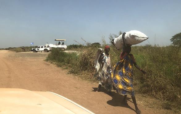 Mũ nồi xanh Việt Nam ở Nam Sudan - Kỳ 7:  Lỗ đạn, nhà cháy và giọt nước ở Bentiu - Ảnh 1.