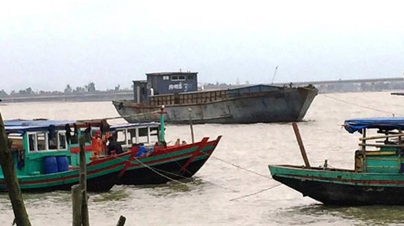 Tàu hàng không người lái có chữ Trung Quốc dạt vào bờ biển Hà Tĩnh - Ảnh 1.
