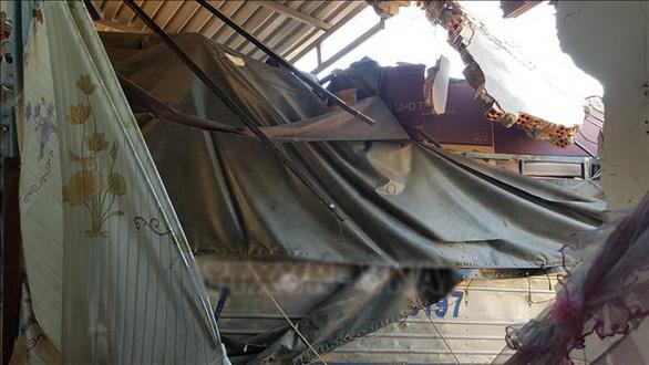 Xe tải chở hàng chui vào... phòng ngủ nhà dân, 5 người thoát chết - Ảnh 1.
