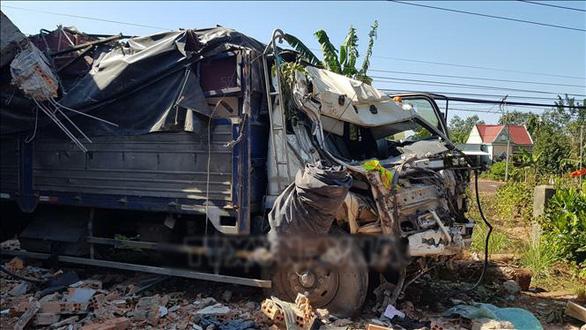 Xe tải chở hàng chui vào... phòng ngủ nhà dân, 5 người thoát chết - Ảnh 2.