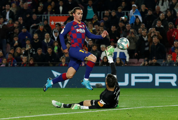 Messi lập hat-trick, Barca tiếp tục giữ đỉnh bảng bất chấp nỗ lực của Real - Ảnh 1.