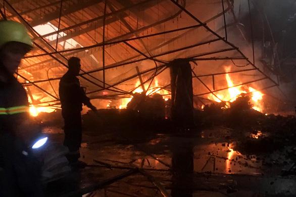 Công ty gỗ rộng gần 2.000m2 bị thiêu rụi - Ảnh 2.