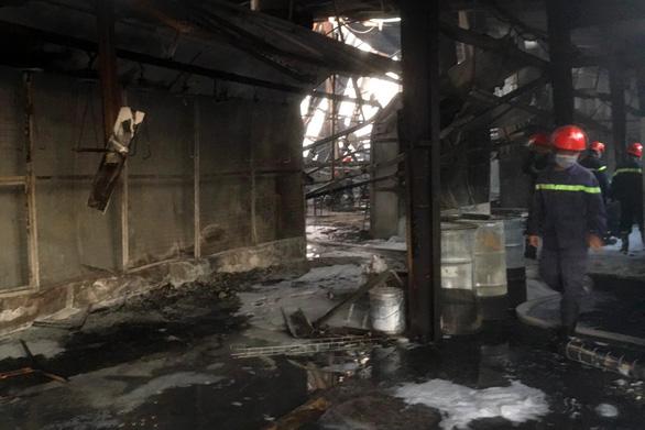 Công ty gỗ rộng gần 2.000m2 bị thiêu rụi - Ảnh 3.
