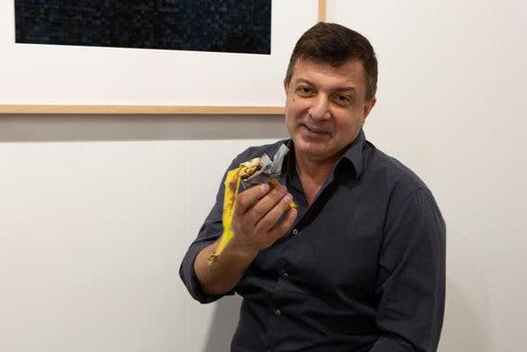 Trái chuối gần 3 tỉ đồng bị xơi ngay tại triển lãm - Ảnh 1.