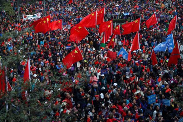 Phe ủng hộ Bắc Kinh xuống đường đòi kiểm lại phiếu bầu cử cấp quận Hong Kong - Ảnh 1.