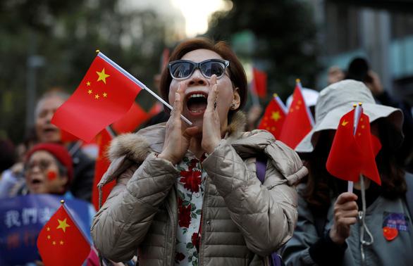 Phe ủng hộ Bắc Kinh xuống đường đòi kiểm lại phiếu bầu cử cấp quận Hong Kong - Ảnh 2.