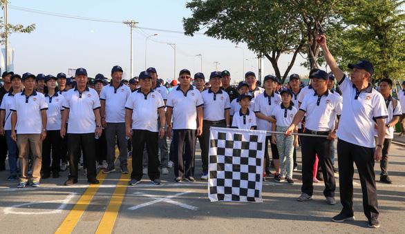 Hơn 1.500 vận động viên đi bộ đồng hành ủng hộ quỹ Vì người nghèo - Ảnh 2.