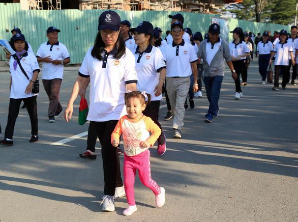 Hơn 1.500 vận động viên đi bộ đồng hành ủng hộ quỹ Vì người nghèo - Ảnh 6.