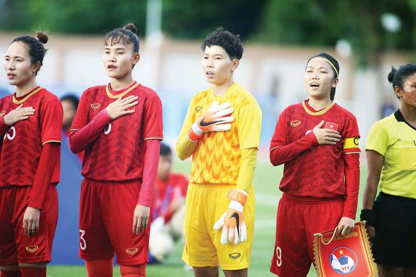Lo thi đấu, cầu thủ nữ Việt Nam méo mặt đóng tiền thi lại - Ảnh 1.