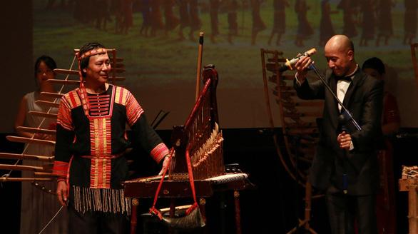 Khách Tây mắt tròn mắt dẹt vì nhạc cụ tre nứa Việt Nam - Ảnh 1.