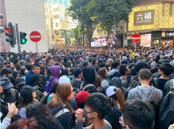 Biển người biểu tình áo đen tràn ngập khu trung tâm Hong Kong - Ảnh 3.