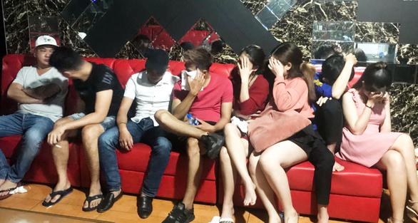 25 người sử dụng ma túy trong quán karaoke ở Long An - Ảnh 1.