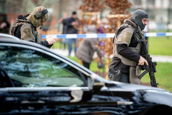 Xả súng bất thường ở bệnh viện, 6 bệnh nhân chờ khám thiệt mạng - Ảnh 1.