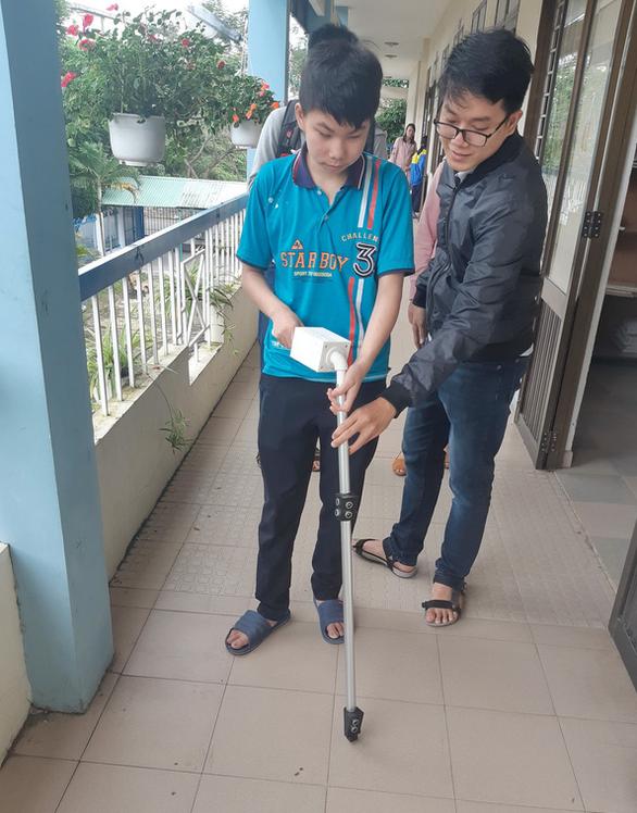 Sinh viên làm gậy thông minh giúp dẫn đường, báo động khi người khiếm thị ngã - Ảnh 1.