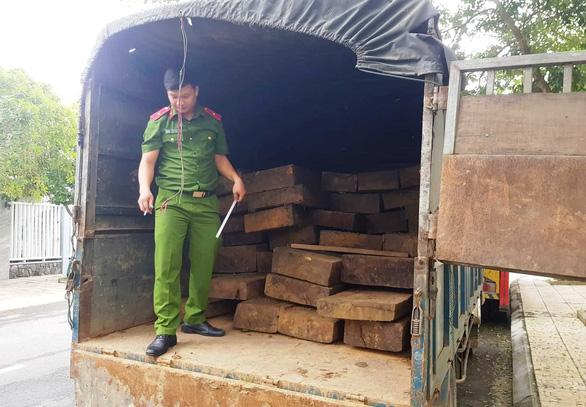 Tài xế chạy trốn bỏ lại hai ô tô chứa hàng chục phách gỗ lậu - Ảnh 1.