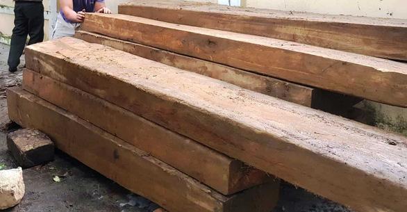 Tài xế chạy trốn bỏ lại hai ô tô chứa hàng chục phách gỗ lậu - Ảnh 2.
