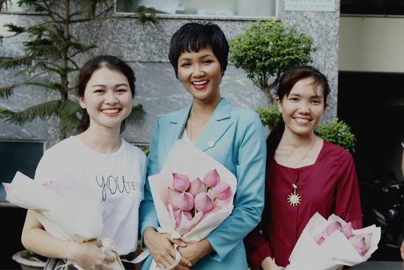 Những cô gái Việt vượt khó được bà Michelle Obama ôm chặt ở Long An - Ảnh 7.